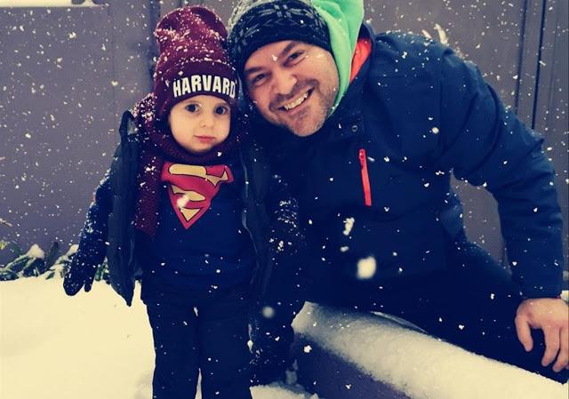 Ο μικρός Παναγιώτης - Ραφαήλ στέκεται στα πόδια του και παίζει με το χιόνι για πρώτη φορά!