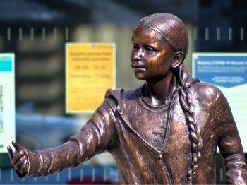 Έξαλλοι φοιτητές για το πανάκριβο άγαλμα της Τούνμπεργκ που στήθηκε στο πανεπιστήμιό τους