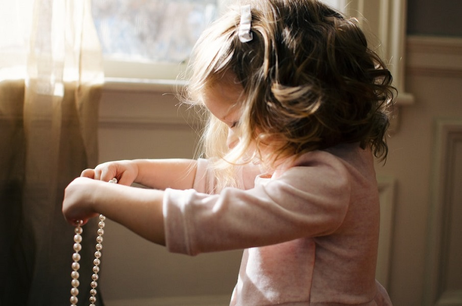 «Γιατί δεν χρειάζεται να σχολιάζουμε ή να επιδοκιμάζουμε ένα παιδί ενώ παίζει»