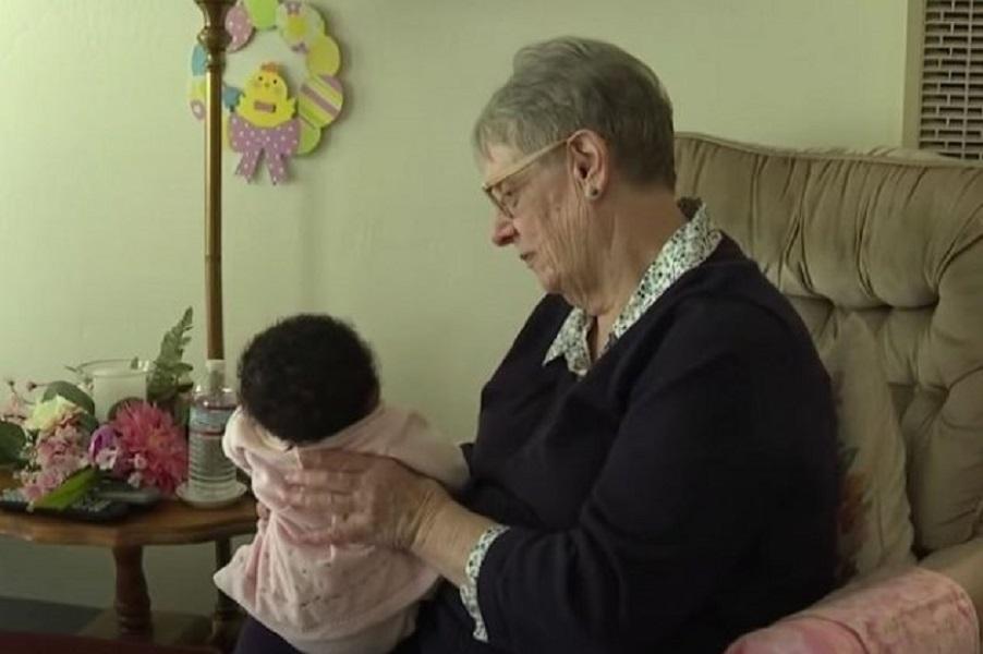 78χρονη ανάδοχη μητέρα έχει φροντίσει 81 παιδιά: «Όλα τους με έχουν σημαδέψει»