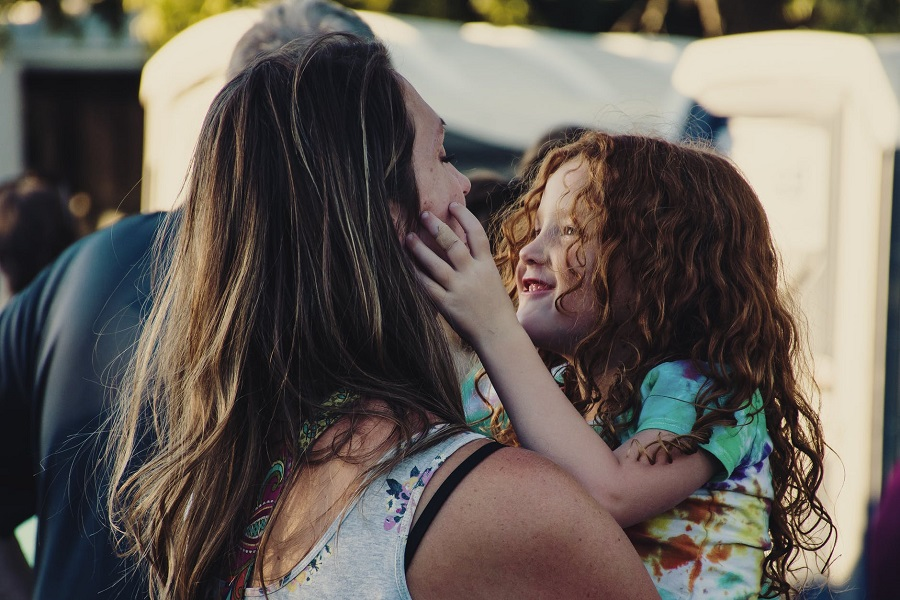 Να τις προσέχετε τις μάνες σας, να τις ακούτε και να τις αγαπάτε, είτε βρίσκονται κοντά σας είτε όχι.