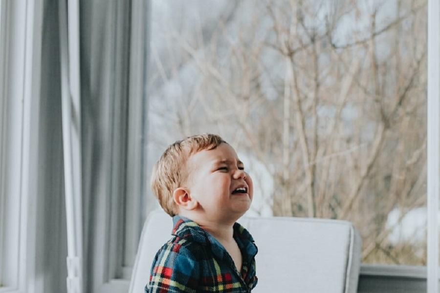 Υπάρχει μάνα που μπορεί να βλέπει το παιδί της να κλαίει; Όχι, αλλά δώσε χώρο στο κλάμα του παιδιού