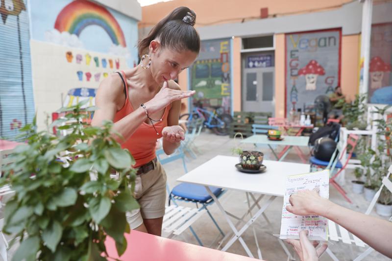 Θεσσαλονίκη:Κωφοί σερβιτόροι σε καφέ που προωθεί τη νοηματική γλώσσα