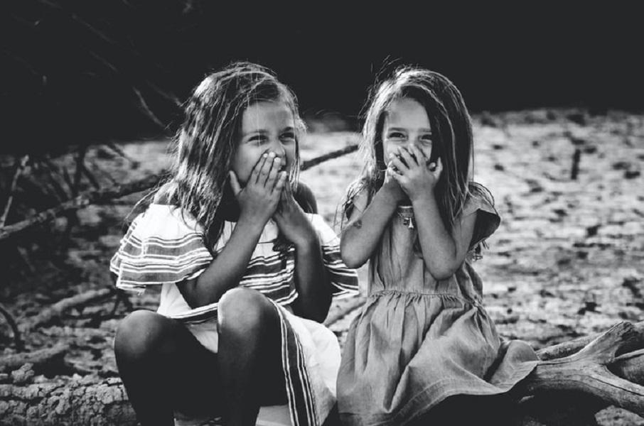 Καταλαβαίνεις ποιος είσαι αν παρατηρήσεις πώς σου συμπεριφέρονται τα παιδιά. Kυρίως τα ξένα!