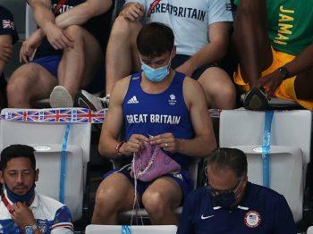 Ο Ολυμπιονίκης που έγινε viral επειδή έπλεκε στις εξέδρες