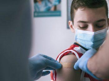Πάτρα - 12χρονος εμβολιάστηκε στην Πάτρα επειδή κινδύνεψε να χάσει τη γιαγιά του από κορωνοϊό