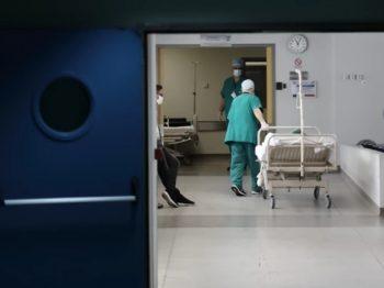 Νοσοκομείο σταμάτησε τους τοκετούς επειδή παραιτήθηκαν υπάλληλοι λόγω εμβολιασμού