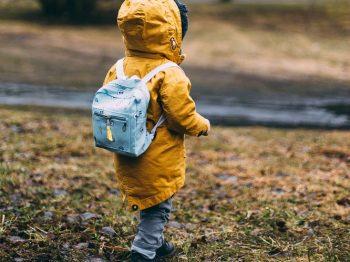 Το παιδί δεν είναι νευρολογικά το ίδιο έτοιμο στα 2 όπως στα 5 για τον αποχωρισμό από τη μαμά