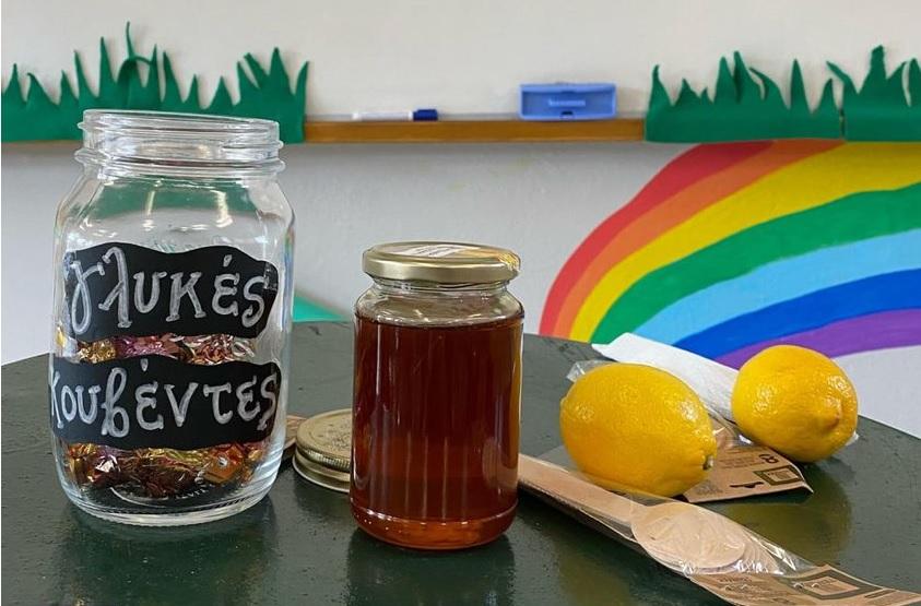 Μάριος Μάζαρης - Με μέλι, σοκολατάκια και λεμόνι διδάσκει την ευγένεια στους μαθητές του