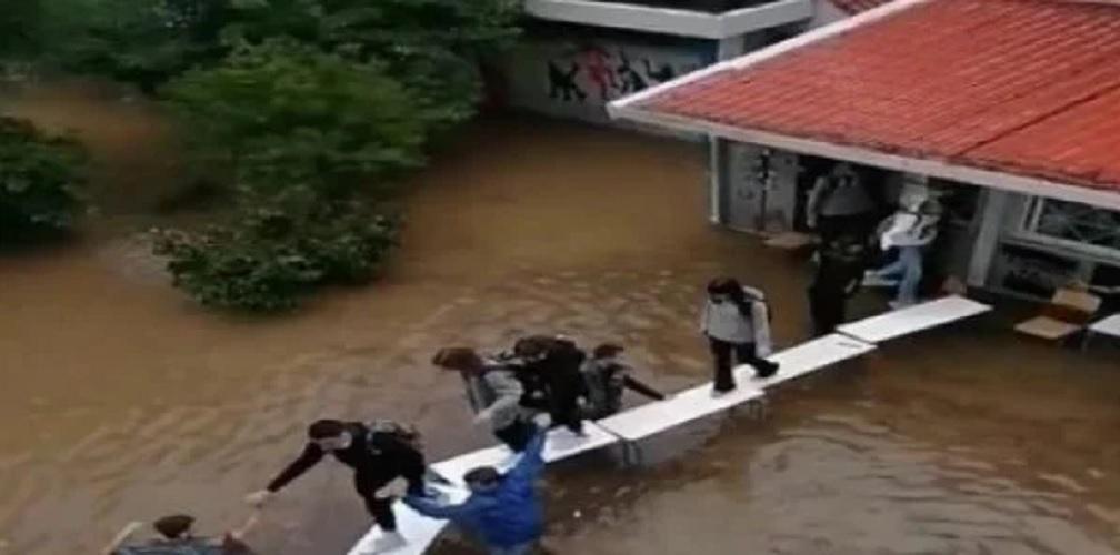 Νέα Φιλαδέλφεια: Μαθητές πάνω σε θρανία για να φύγουν από πλημμυρισμένο σχολείο (video)